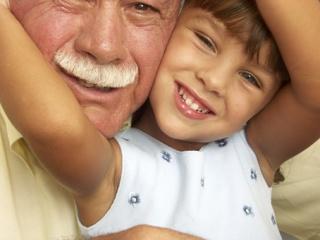 Un abuelo con su nieta