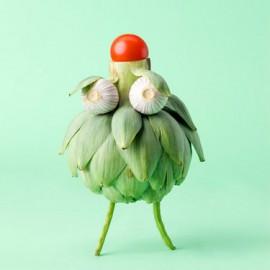 muñeco de alcachofa con ojos de ajo y sombrero de tomate