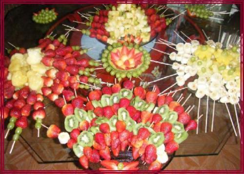 Decoración de platos con pinchos de frutas