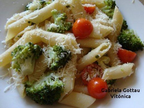 Pasta con brocoli y tomate