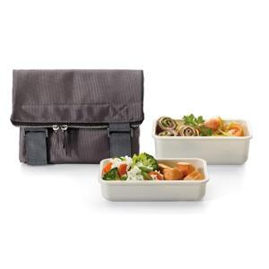 maletín y bandejas con verduras y frutas