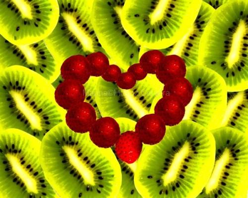 Corazón de fresas sobre fondo de kiwis