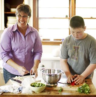 niños con su madre en la cocina