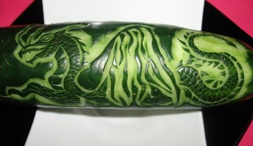 Tallado de dragón en un pepino