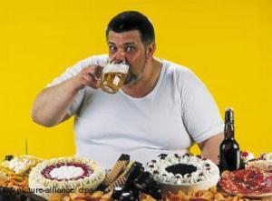 persona obesa comiendo pasteles