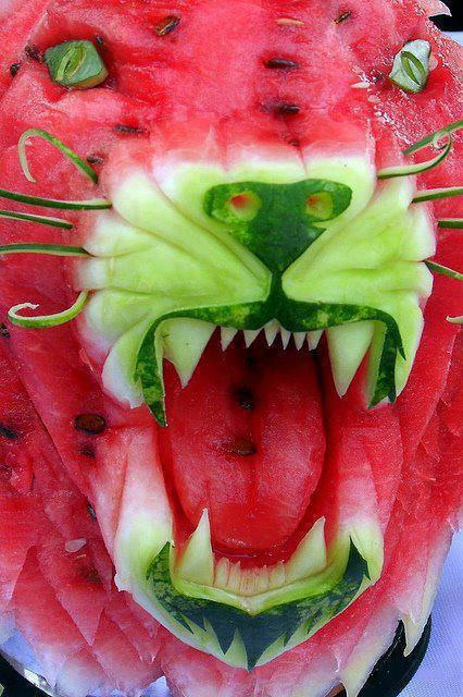 sandia con forma de cabeza de leon