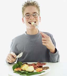 adolescente comiendo