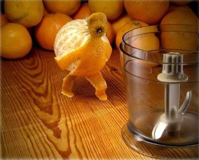 Una naranja hacia el exprimidor