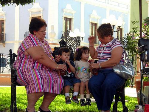 mujeres obesas sentadas en un banco