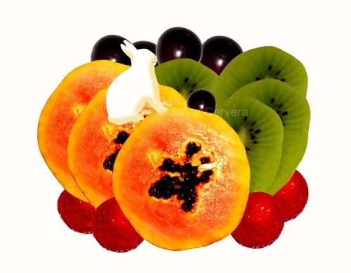 conejo sentado sobre frutas