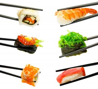 Palillos chinos con sushi