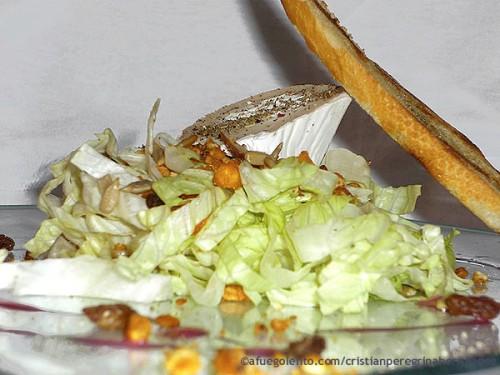 Ensalada templada son frutos secos y queso de cabra