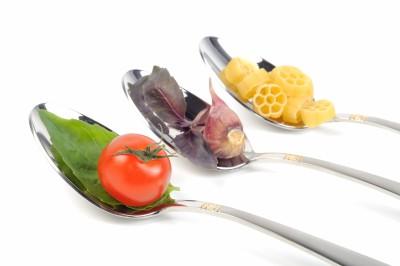 cucharas con pasta, tomate y ajo