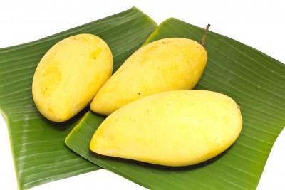 la fruta de mango sobre hojas de plátano