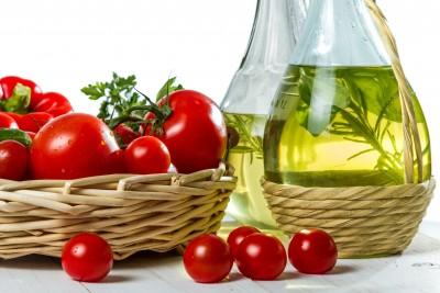 tomates frescos y una jarra de aceite