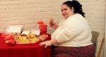 mujer obesa comiendo