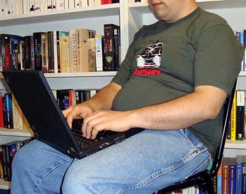 chica obeso sentado con ordenador