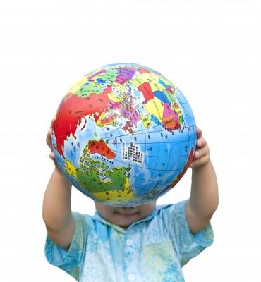 un niño con el mundo