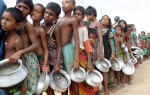 niños en fila esperando comida