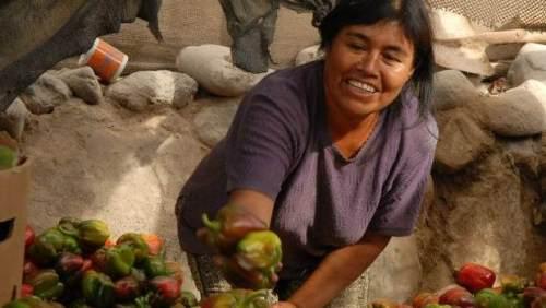 mujer indigena ofreciendo alimento