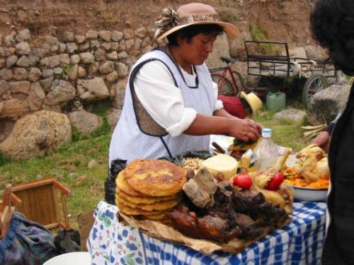 mujer boliviana cocinando en la calle