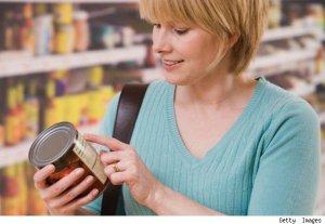 mujer leyendo una etiqueta nutricional