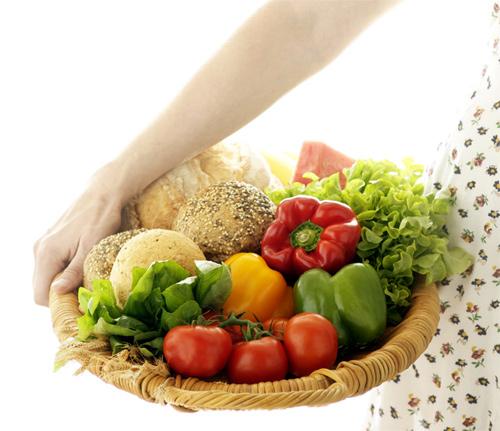 mujer y cesta de alimentos
