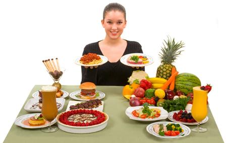 chica en mesa con alimentos