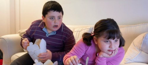 niños viendo la television
