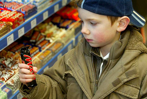 chico mirando una chocolatina