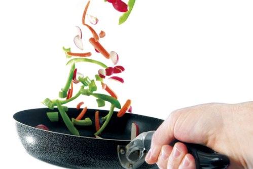 sarten con alimentos saltados