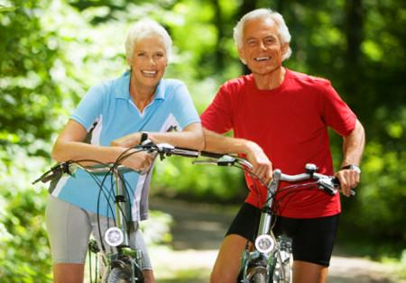 personas saludables en bicicleta