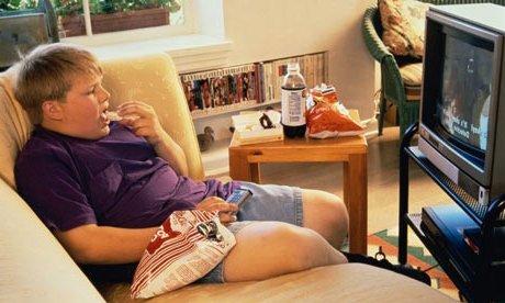 niño obeso comiendo