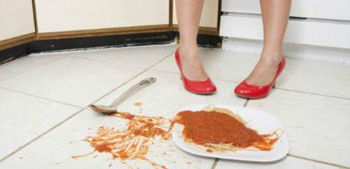 comida en el suelo