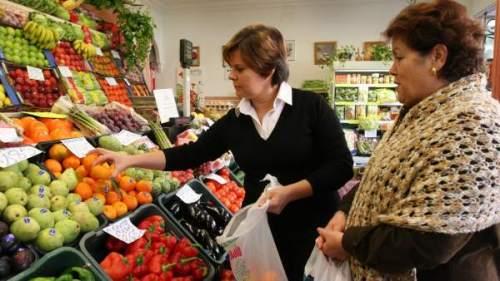 mujeres comprando comida
